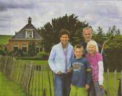 Petra, Sil, Andries (mét schoffel) en Iris Leystra voor hun huis op de Oudebildtdijk.