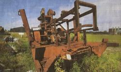 Op percelen op de hoek van het Jaagpad en De Draai in Sint Annaparochie liggen oude machines weg te roesten.
