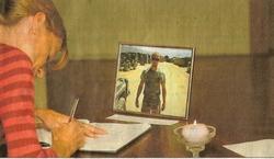 Ally Terpstra uit Sint Annaparochie tekent het condoleanceregister voor de omgekomen sergeant eerste klasse Martijn Rosier.